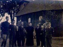 Ks. proboszcz Józef Drożdż w otoczeniu parafian, Fot. Ks. W. Smereka, 1946 rok