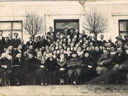 Fotografia pamiątkowa przed Starą Kaplicą w Ostrowie Szlacheckim (1939r.)